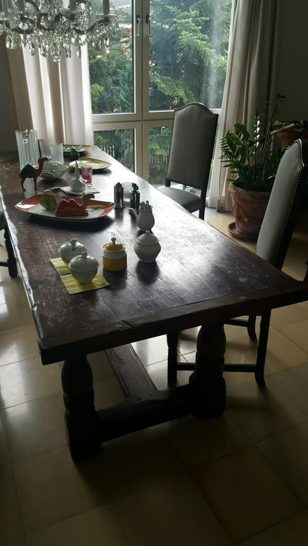 Bild 3: Bauerntisch mit 10 gepolsterten Stühlen