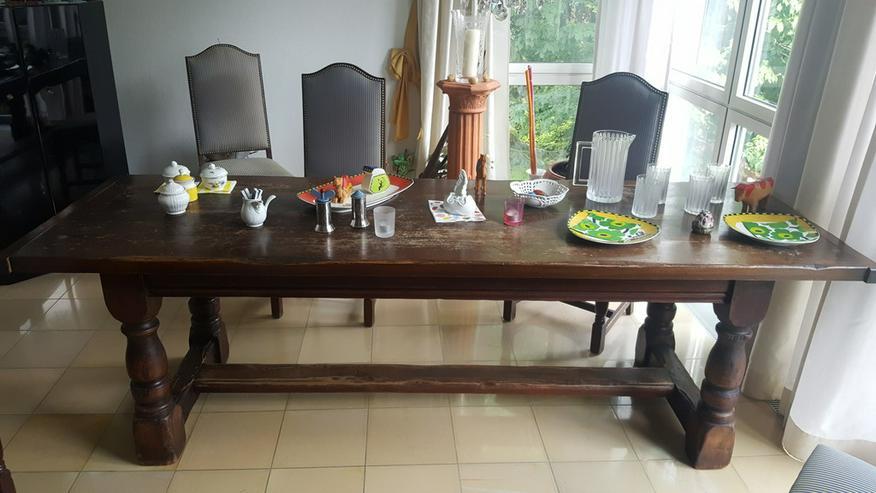 Bild 4: Bauerntisch mit 10 gepolsterten Stühlen