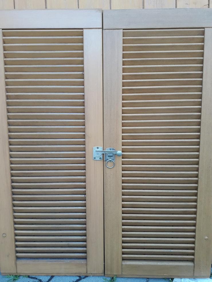 Fensterläden-Holz mit Lamellen