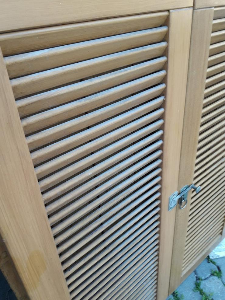 Bild 2: Fensterläden-Holz mit Lamellen