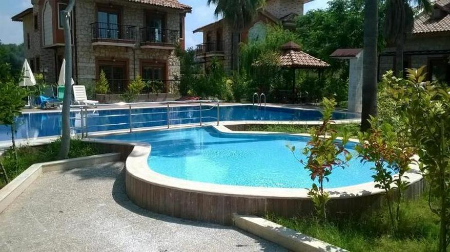 Luxus Natursteinvilla in einer Anlage mit Pool u.v.m. - grüne Umgebung