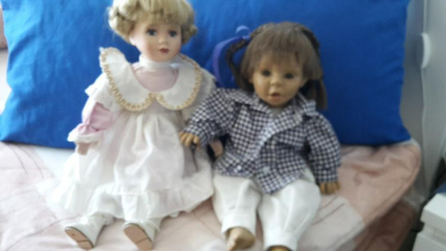Zwei niedliche alte Puppen