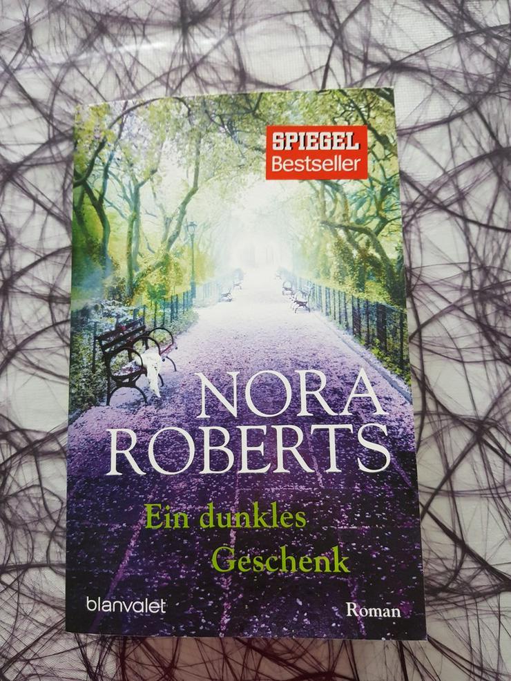 Nora Roberts Ein dunkles Geschenk - Romane, Biografien, Sagen usw. - Bild 1