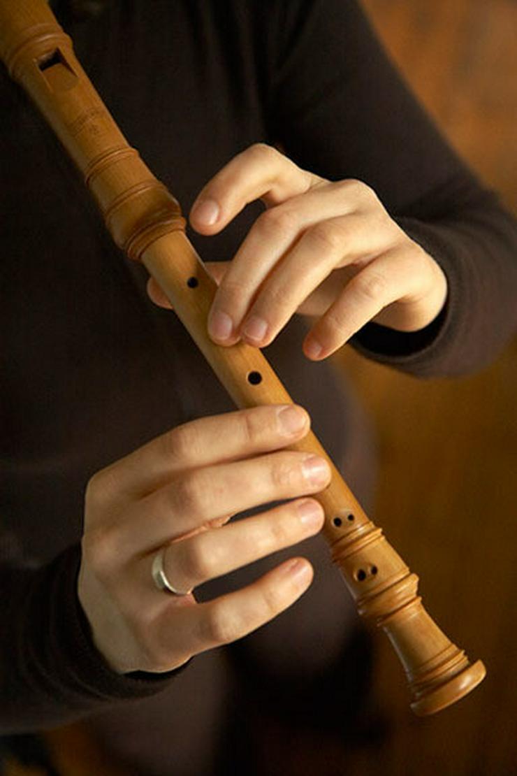 Exam. Musikpädagogin gibt Blockflötenunterricht