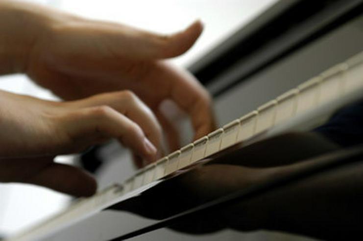 Exam. Musikpädagogin gibt Klavierunterricht