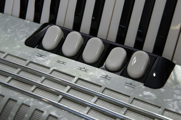 Bild 4: Akkordeon Hohner Concerto III T 72 weiß - gebr