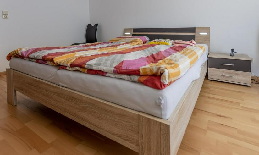Doppelbett, Schrank mit Schwebetür, Nachttische