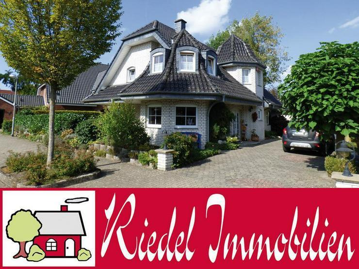 Schickes Einfamilienhaus mit besonderer Architektur u. großer Garage!