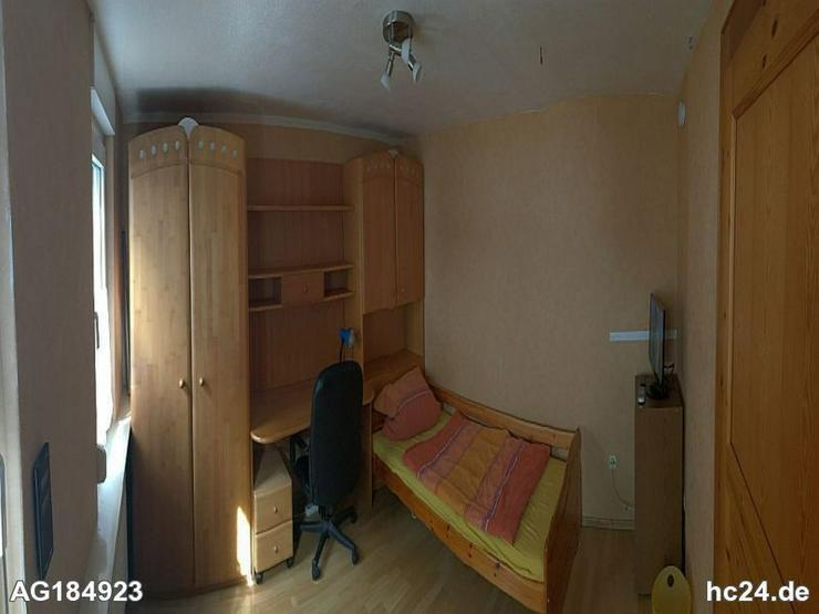 Möbliertes Zimmer mit TV-Gerät in Weiler bei Bingen