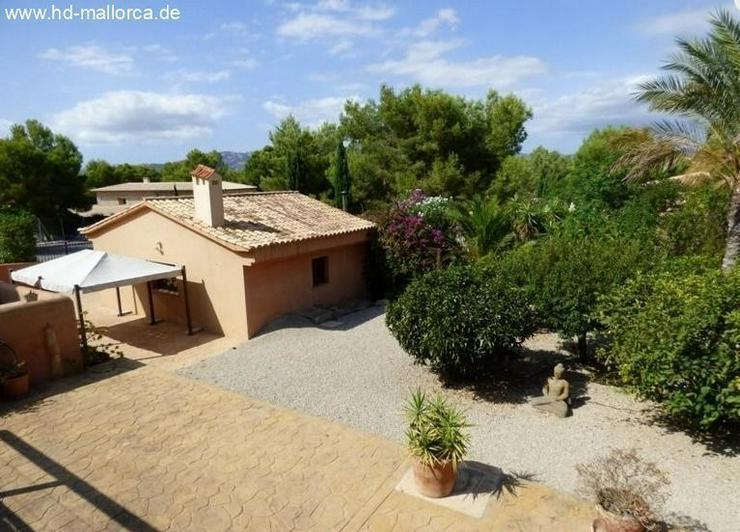 : Mediterrane Villa im Finca-Stil mit Bergblick
