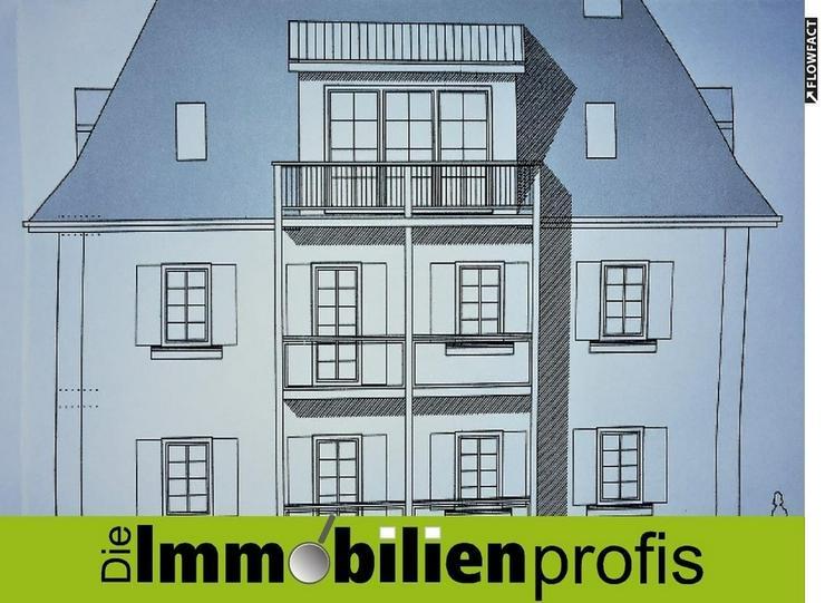 2,5 Zimmer-Dachgeschosswohnung mit Einbauküche und Balkon in großer Grünanlage