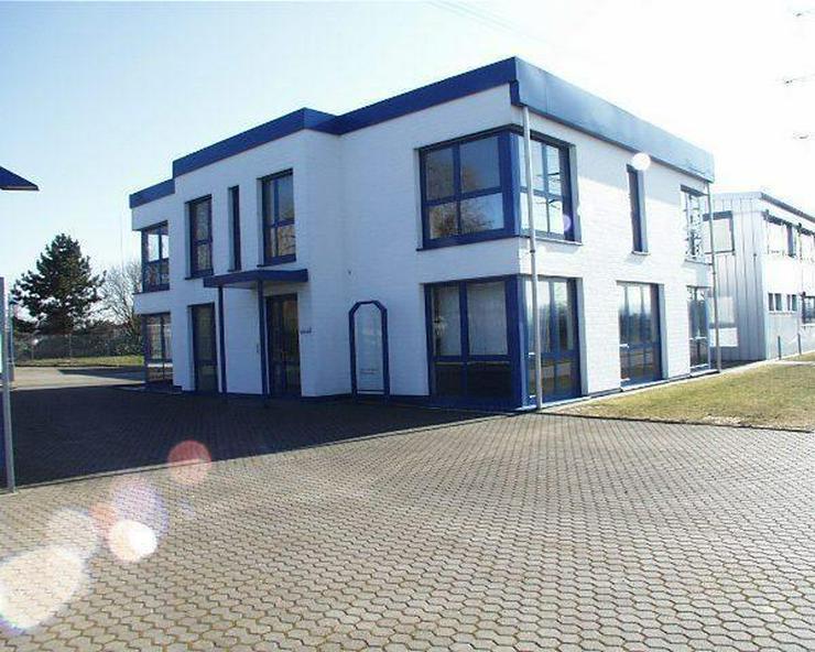 Bürogebäude mit Wohnungen, Halle mit Bürotrakt, Parkplätze und Baugrundstück!