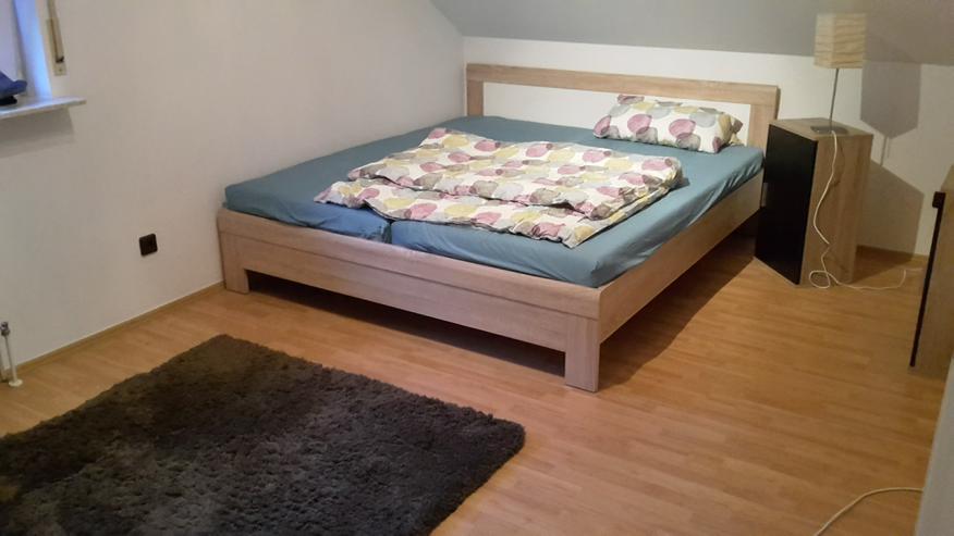 Bett inklusive Lattenrost und zwei Nachttischen günstig abzugeben