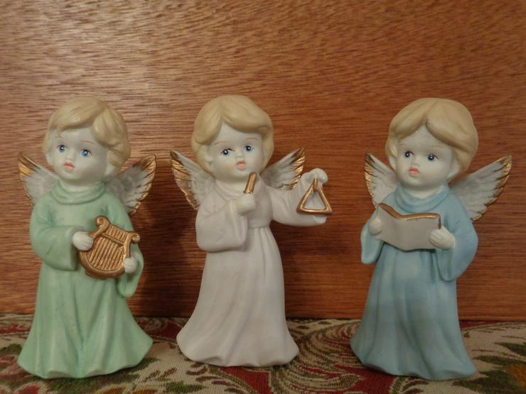 3x eine kleine Engel-Figur aus Bisquit-Porzellan, Weihnachtsengel, handbemalt =NEU=