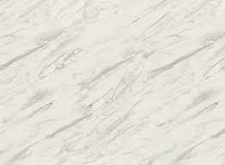 Arbeitsplatte für Küche mit Nischenwand in Marmor-Desing