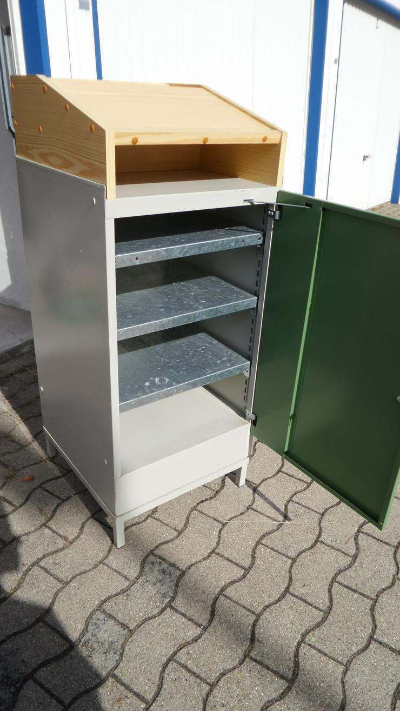 Schreibpult - Schrank abschließbar - aus Metall m. Einlegebögen, Aufsatz aus Holz