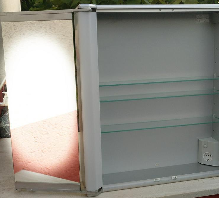 Bild 5: Spiegelschrank mit 2 Türen und Licht sehr günstig abzugeben