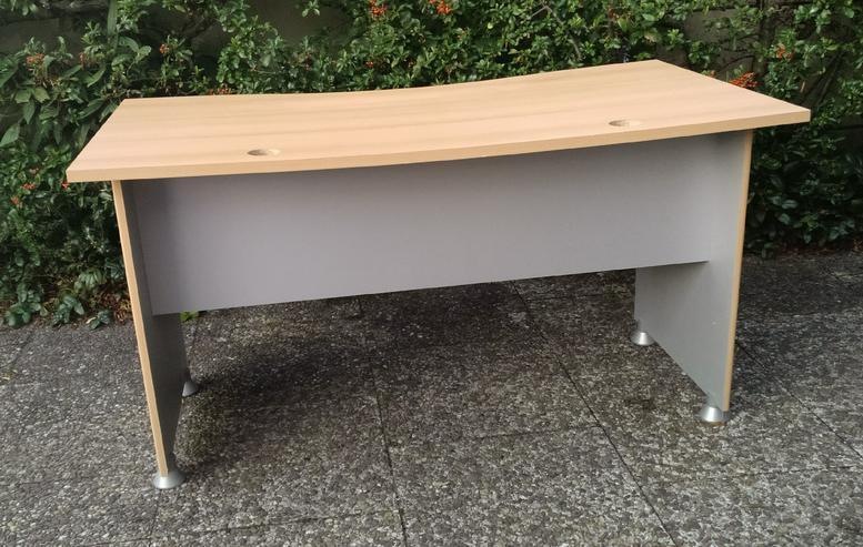 Bild 2: Schreibtisch mit ausziehbarer Tastatur- und Maus-Ablage