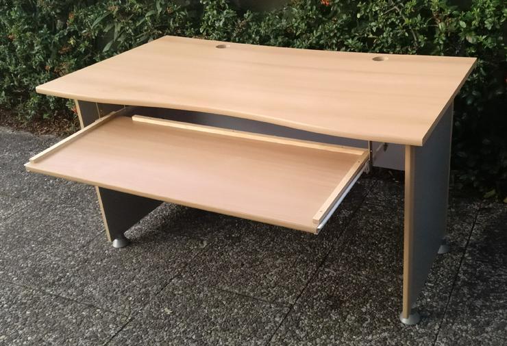 Bild 3: Schreibtisch mit ausziehbarer Tastatur- und Maus-Ablage