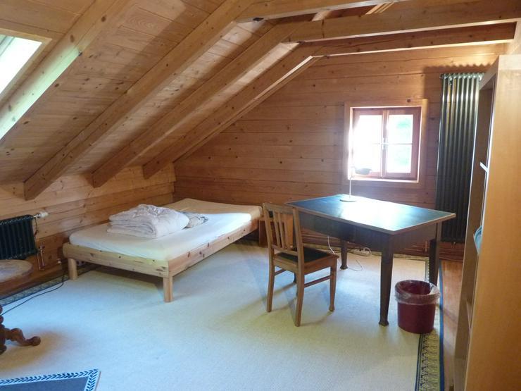Bild 1: Möbliertes Zimmer in biologisch gebautem Holzhaus ab 1. November 2019 zu vermieten