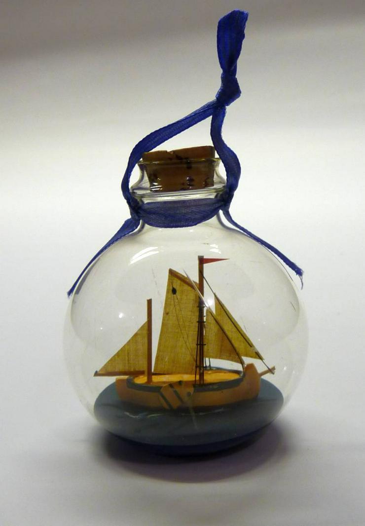 Bild 2: Glaskugel mit Segelbuddelschiff zum Aufhängen oder Hinstellen