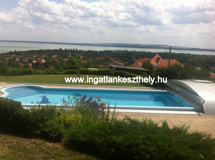 Einfamilienhaus mit kompletter Einrichtung zuverkaufen am Balaton In West Ungarn. Nordufer des Balatons mit exklusivem Seeblick in einer der schönsten Ortschaften, in Balatongyörök.