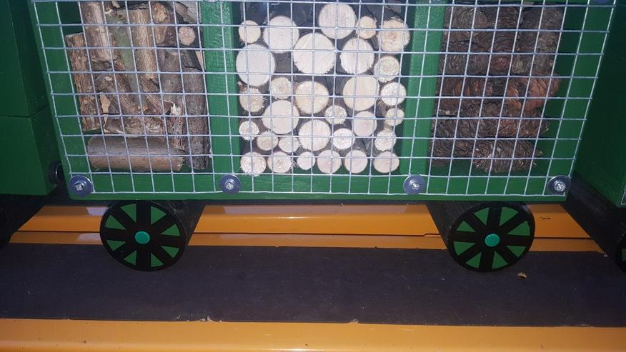 Insektenhotel in Zug Form mit Wagons