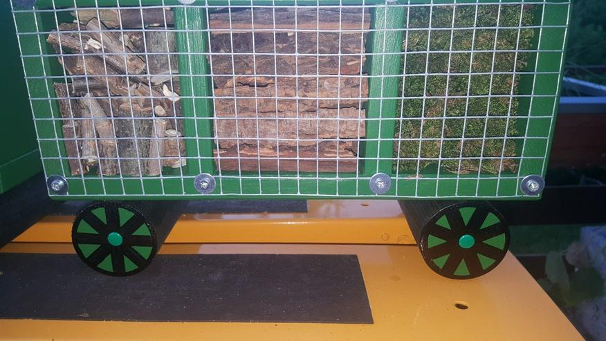 Bild 5: Insektenhotel in Zug Form mit Wagons