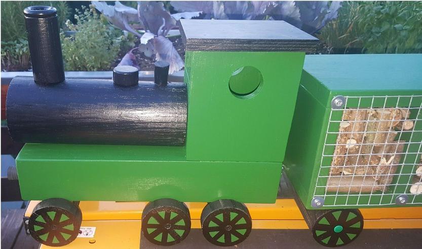Bild 3: Insektenhotel in Zug Form mit Wagons