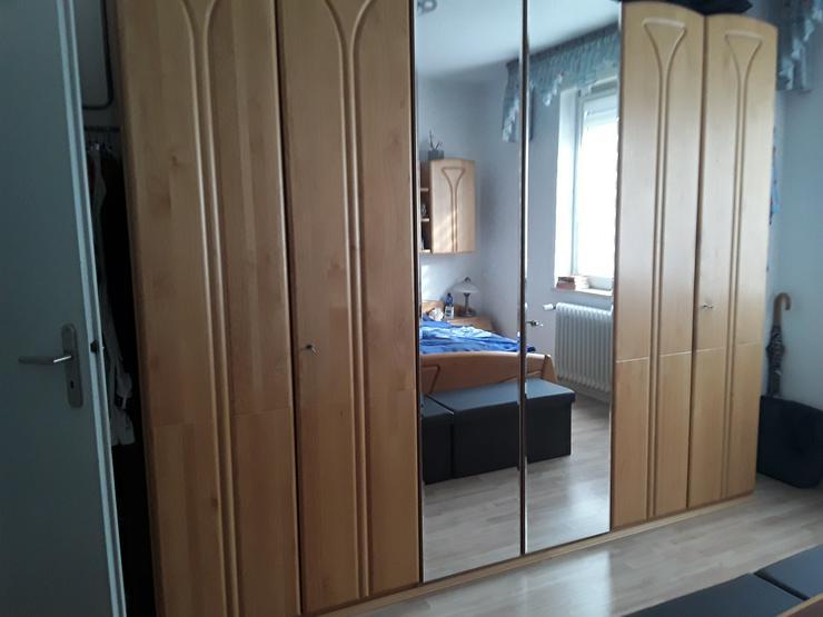 Bild 2: Schlafzimmer ohne  Matratze und Lattenrost