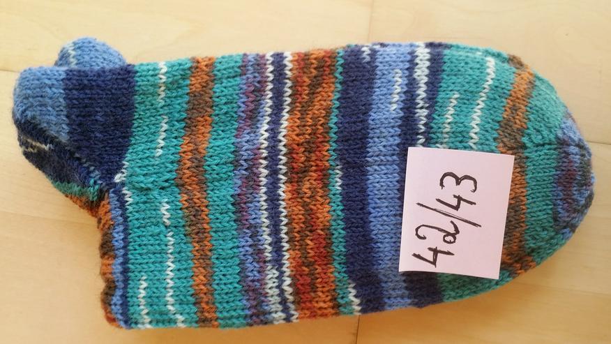 Bild 3: Handgestrickte Socken in verschiedenen Größen von privat
