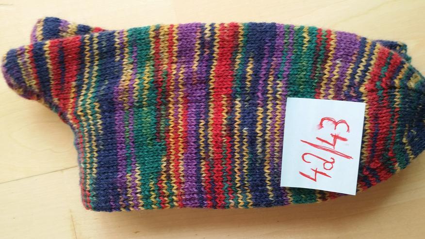 Bild 6: Handgestrickte Socken in verschiedenen Größen von privat
