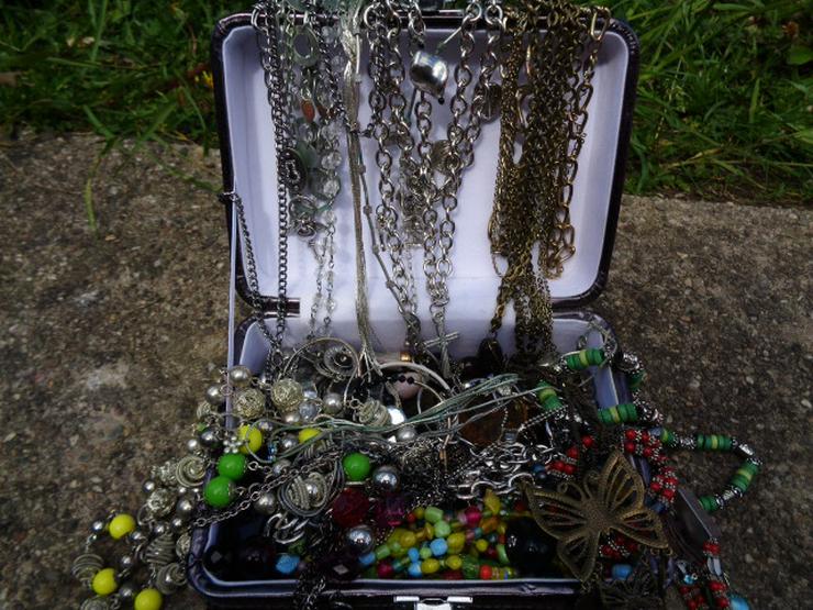 Modeschmuck Ketten Ohrringe Armband über 100 Teile + ein Koffer