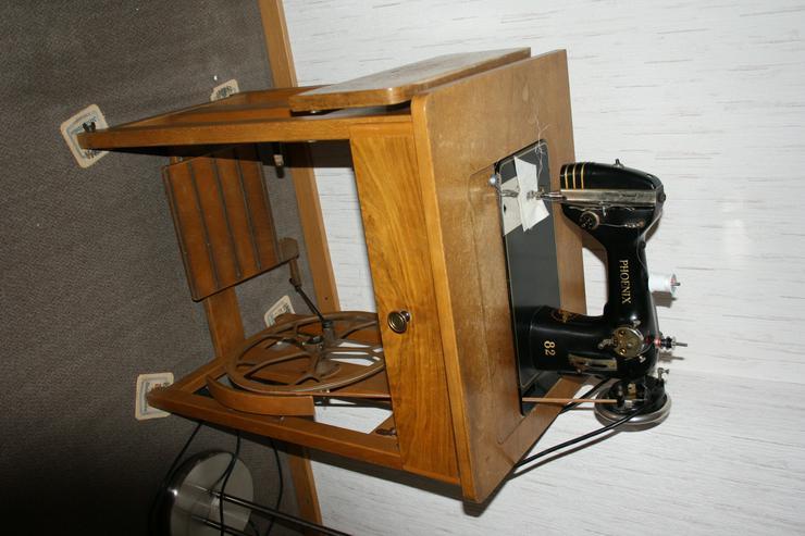 Alte Nähmaschine Phoenix 82 auf Holztisch - voll funktionsfähig - Nähmaschinen - Bild 1