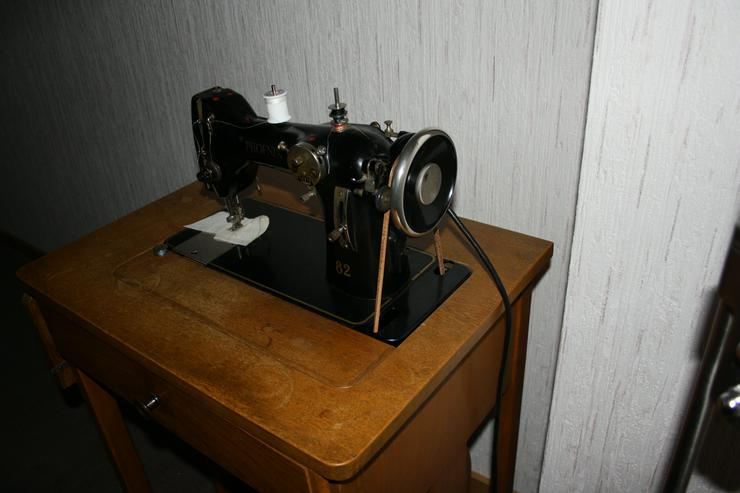 Bild 3: Alte Nähmaschine Phoenix 82 auf Holztisch - voll funktionsfähig