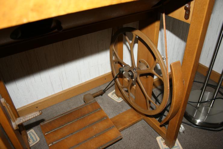 Bild 4: Alte Nähmaschine Phoenix 82 auf Holztisch - voll funktionsfähig