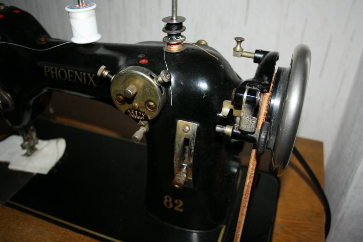 Bild 5: Alte Nähmaschine Phoenix 82 auf Holztisch - voll funktionsfähig