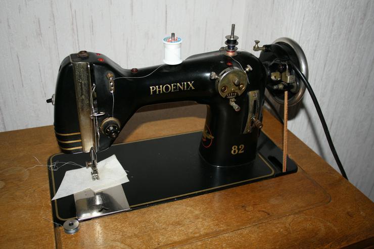 Bild 2: Alte Nähmaschine Phoenix 82 auf Holztisch - voll funktionsfähig