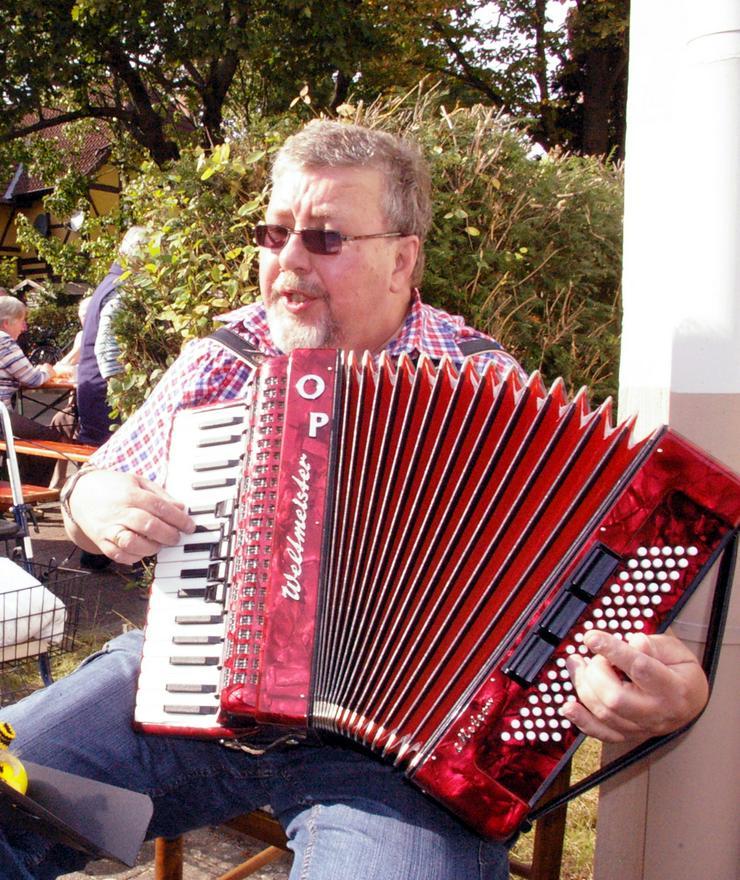 """Livemusik Akkordeonspieler Akkordeonist """"der kleinste Shanty-Chor"""" Raum H - HE, WOB - SZ"""