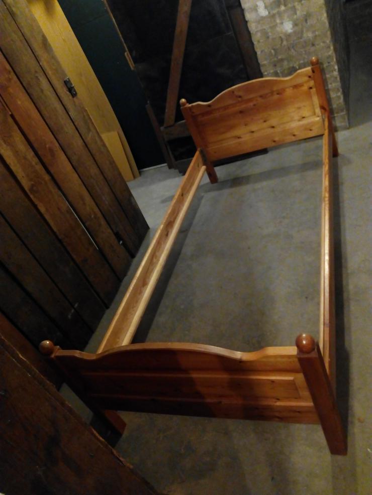 Einzelbett (200 x 90cm) aus Holz mit Lattenrost