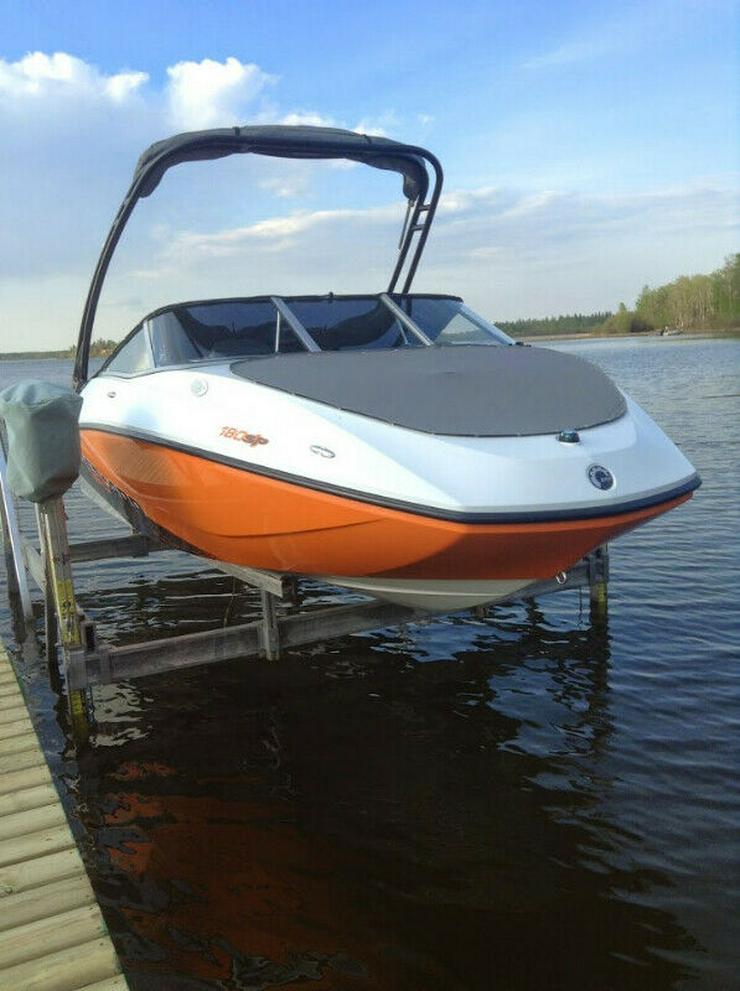 Motorboot und es ist Anhänger