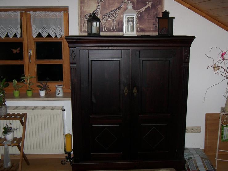 Bild 3: Verschenke 2 Wohnzimmerschränke und eine alte Singer Nähmaschiene
