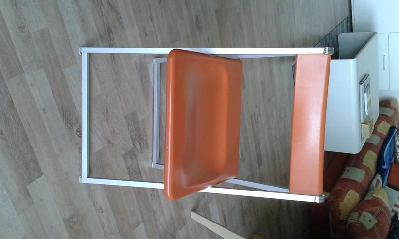 Bild 2: Verkaufe 5 orangefarbene Klappstühle von Interlübke.