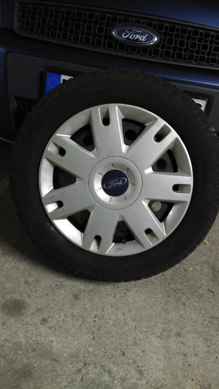 4 Winterreifen für 75,- € von Continental auf 4 Loch Stahlfelgen mit Original Ford Radkappen