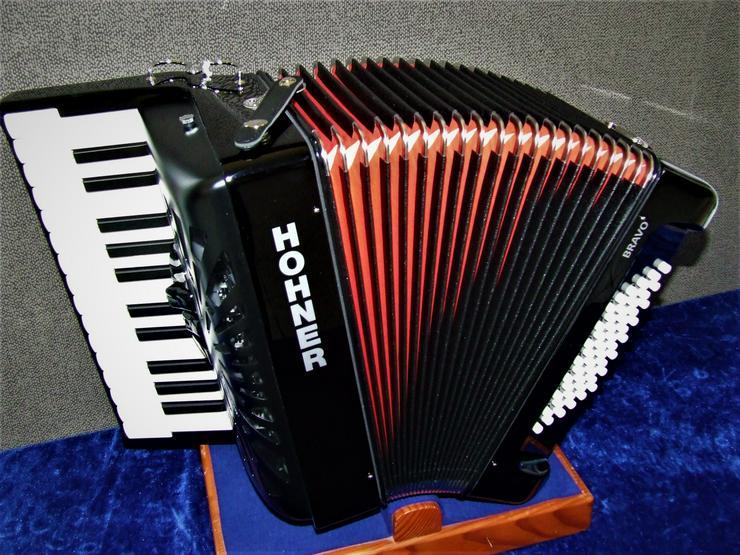 Hohner Akkordeon Bravo 48 II Silent Key Vorführinstrument aus der Ausstellung