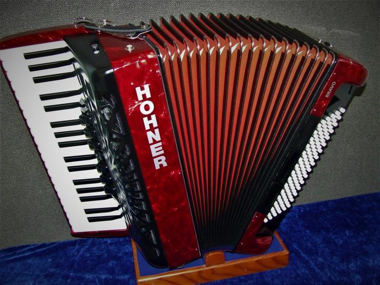 Hohner Akkordeon Bravo III 96 Silent Key rot Vorführinstrument mit Gig Bag