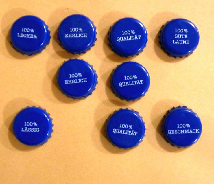 8 blaue Kronkorken mit besonderen Aufdrucken