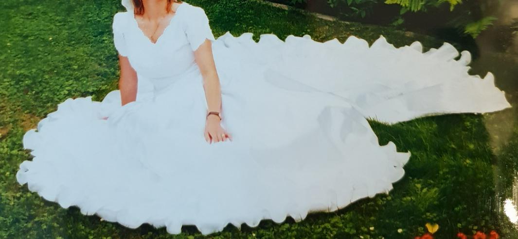 Schönes weißes Brautkleid