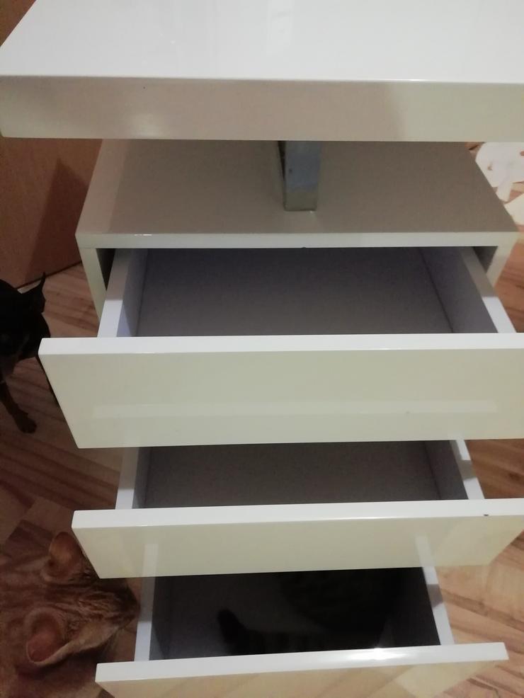 Schöner weißer Schreibtisch hochglänzend