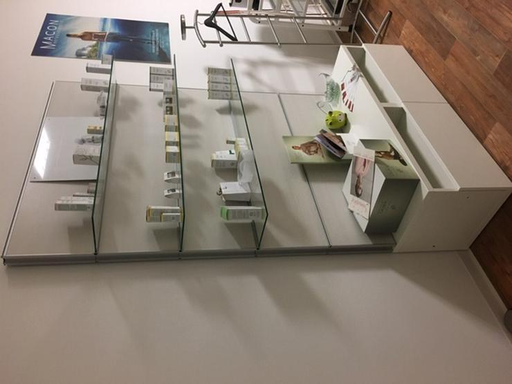 Bild 3: Alu-Glasregalwand zur Produktpräsentation, Kosmetik